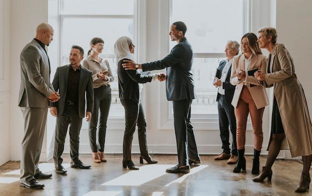 Szczęśliwi, różnorodni ludzie biznesu robiący interes