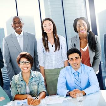 Szczęśliwi różnorodni ludzie biznesu