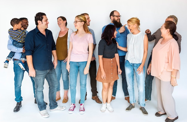 Szczęśliwi różnorodni ludzie jednoczący wpólnie
