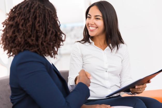 Szczęśliwi, różnorodni partnerzy biznesowi zamykają transakcje