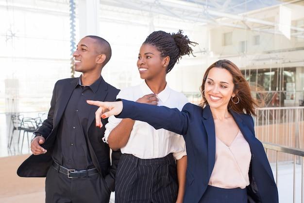 Szczęśliwi rozochoceni ludzie biznesu radowali się z sceną