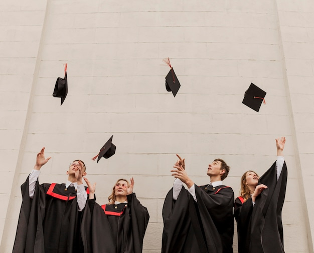 Szczęśliwi studenci na ceremonii