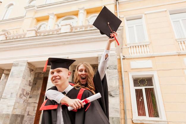 Szczęśliwi studenci świętują ukończenie szkoły