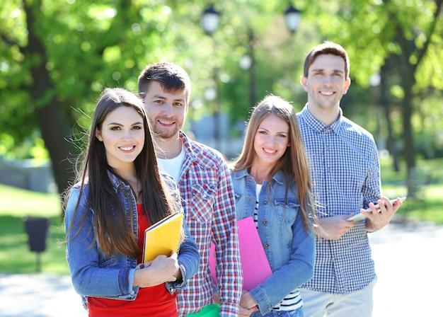 Szczęśliwi studenci w parku