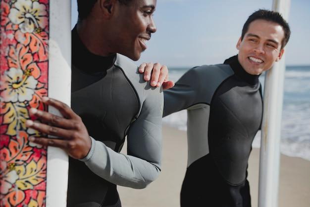 Szczęśliwi surferzy na plaży?
