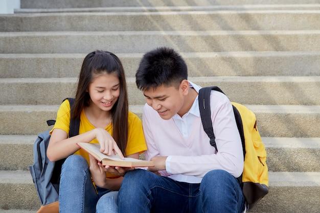 Szczęśliwi ucznie plenerowi z książkami