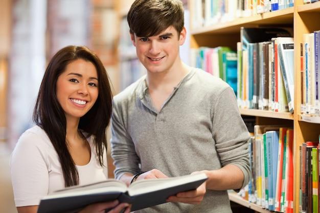 Szczęśliwi ucznie trzyma książkę