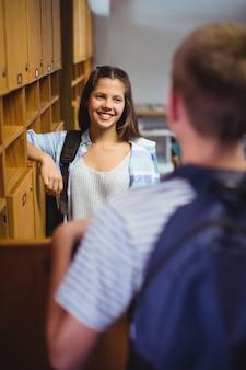 Szczęśliwi uczniowie wchodzący w interakcje w szatni