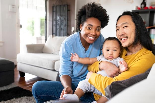 Szczęśliwi wielorasowi rodzice spędzający czas z synem
