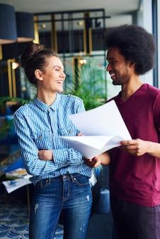 Szczęśliwi współpracownicy podejmujący decyzje w ruchu