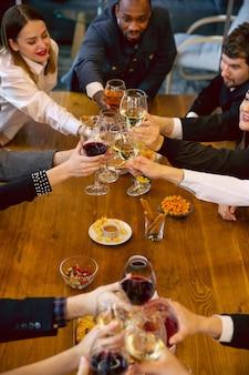 Szczęśliwi współpracownicy świętują podczas imprezy firmowej i imprezy firmowej