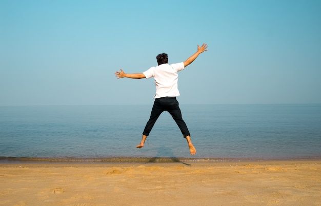 Szczęśliwie skacze na plaży?