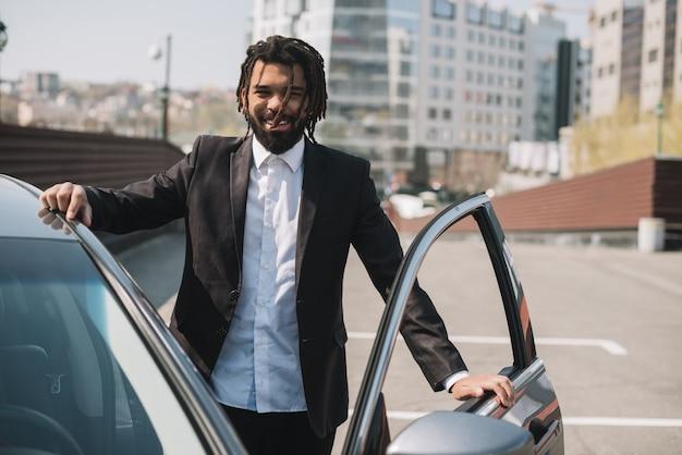 Szczęśliwy afroamerican mężczyzna opuszcza samochód