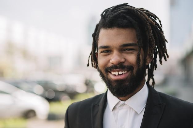 Szczęśliwy afroamerican portret pracownika