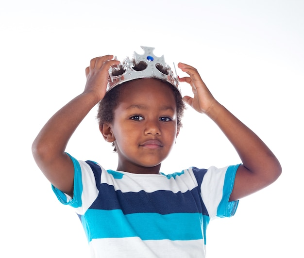 Szczęśliwy afrykański dziecko z posrebrzoną koroną