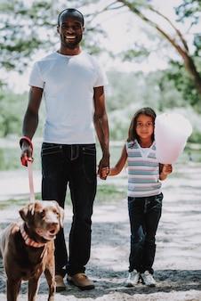 Szczęśliwy afrykański ojciec i córka cieszą się weekendem