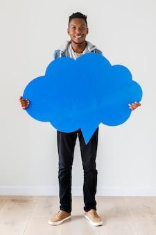 Szczęśliwy amerykanin afrykańskiego pochodzenia mężczyzna mienia copyspace mowy bąbel