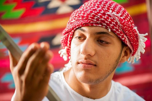 Szczęśliwy arabski chłopiec