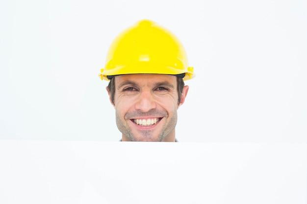 Szczęśliwy architekt z rachunek deską nad białym tłem
