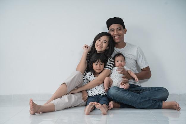 Szczęśliwy azjata rodzinnie jest ubranym przypadkowych ubrania