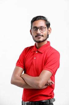 Szczęśliwy azjatycki człowiek w koszulce i czapce stojącej na białym tle, koncepcja usługi dostawy