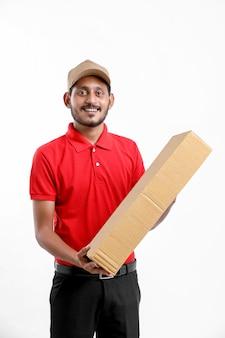 Szczęśliwy azjatycki człowiek w koszulce i czapce, trzymając puste pudełko na białym tle nad białym tle, koncepcja usługi dostawy