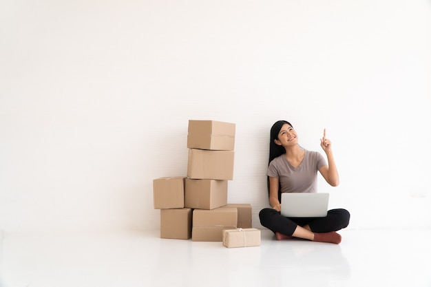 Szczęśliwy azjatycki młody przedsiębiorca, uśmiech na sukces sprzedaży i wskazanie palcem w biurze domowym i sklepie, koncepcja działalności handlowej online, ecommerce i dostawa i styl życia