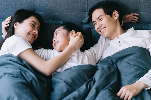 Szczęśliwy azjatycki portret rodzinny z matką, ojcem i córką