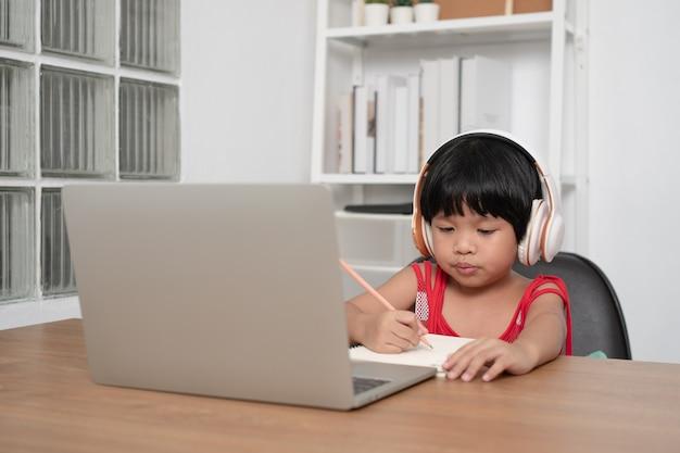 Szczęśliwy azjatycki studentka online klasy uczącej się z komputera z nauczycielem