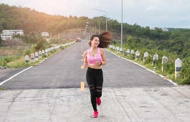Szczęśliwy azjatykci kobiet biegać plenerowy