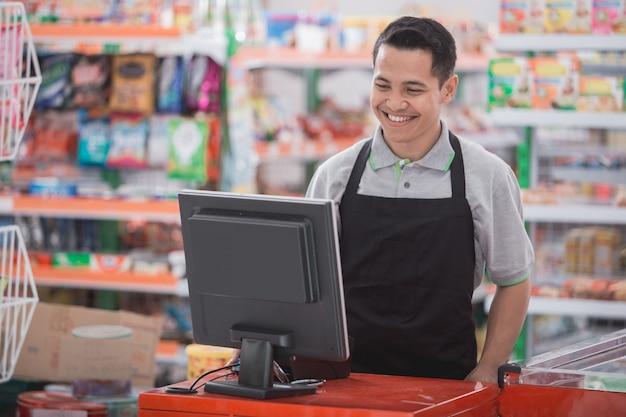 Szczęśliwy azjatykci męski sklepikarz