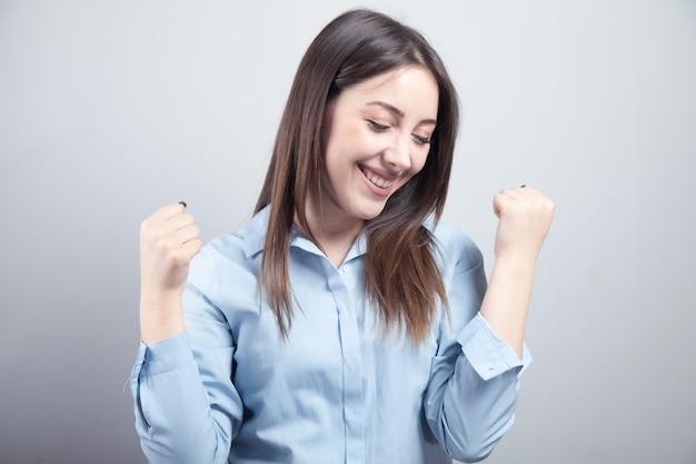 Szczęśliwy biznes kobieta ręka tak znak.