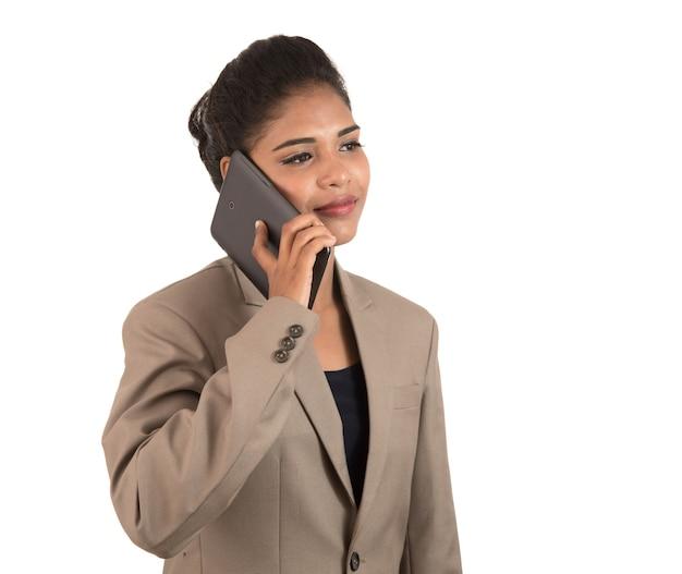 Szczęśliwy biznes kobieta rozmawia przez telefon komórkowy lub smartfon na białym tle