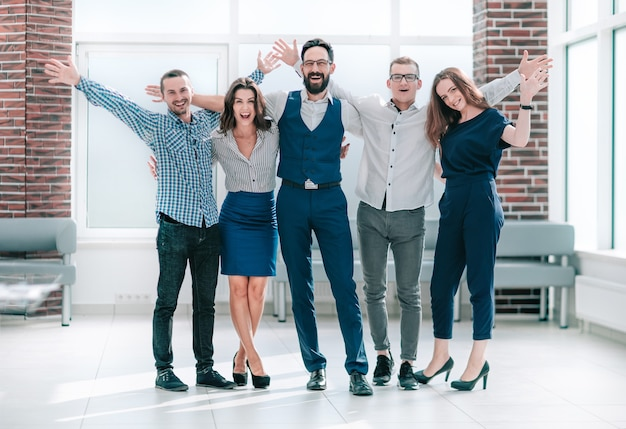 Szczęśliwy biznes zespół stojący w jasnym biurze