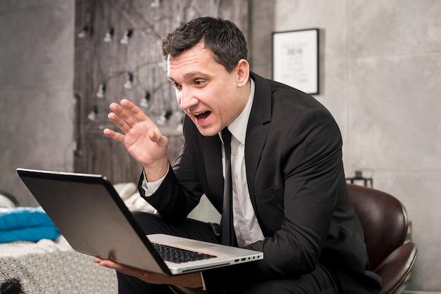 Szczęśliwy biznesmen ma wideokonferencja