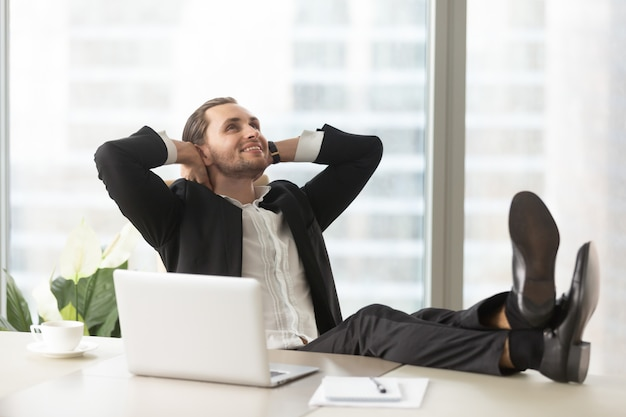 Szczęśliwy biznesmen myśleć o dobrych perspektywach