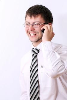 Szczęśliwy biznesmen opowiada telefonem komórkowym