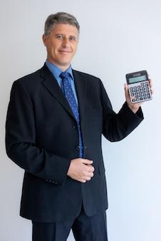 Szczęśliwy biznesmen satysfakcjonujący z nową bank ofertą