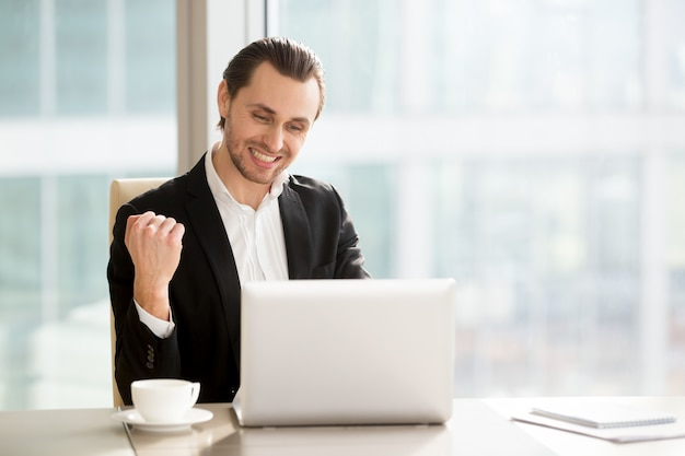 Szczęśliwy biznesmen świętuje firma szybko rośnie