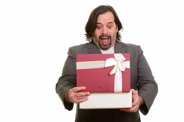 Szczęśliwy biznesmen tłuszczu kaukaski uśmiechnięty otwierając pudełko na białym tle