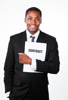 Szczęśliwy biznesmen trzyma kontrakt
