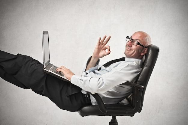 Szczęśliwy biznesmen w pracy