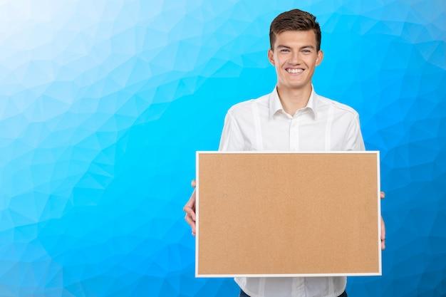 Szczęśliwy biznesmen z corkboard
