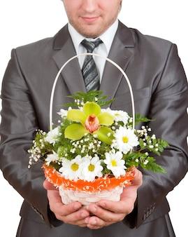 Szczęśliwy biznesmen z koszem kwiatów
