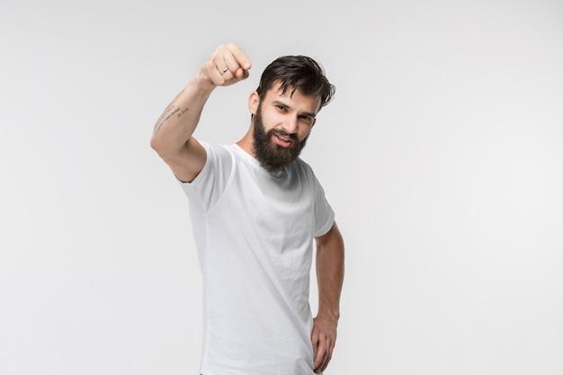 Szczęśliwy biznesowy mężczyzna wskazuje ciebie i chce ciebie, przyrodni długości zbliżenia portret