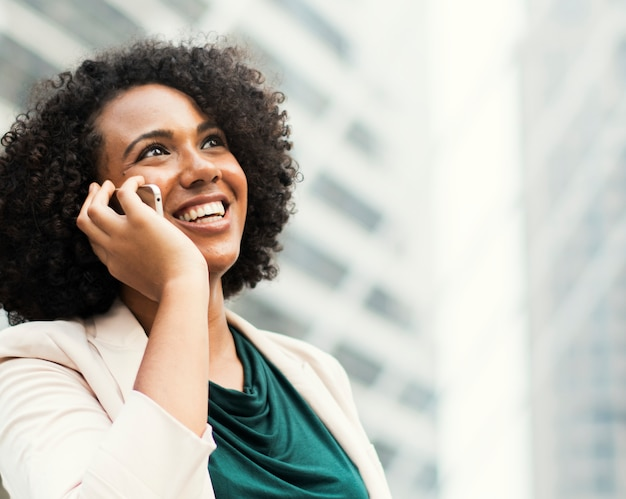 Szczęśliwy bizneswoman opowiada na telefonie