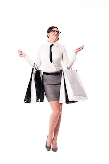 Szczęśliwy bizneswoman trzyma pełen torby na zakupy