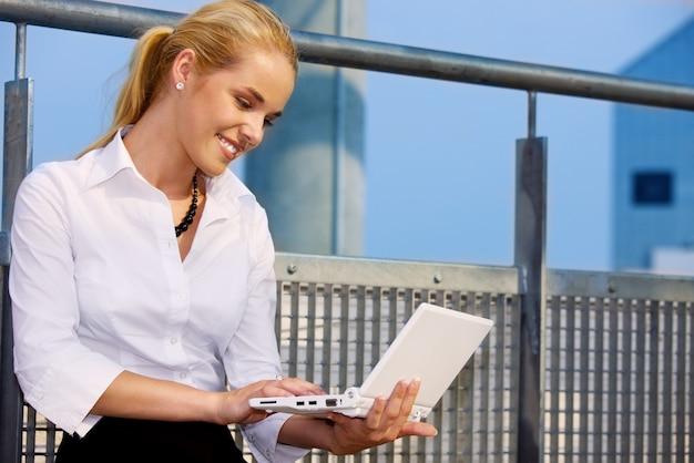 Szczęśliwy bizneswoman z laptopem