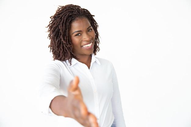 Szczęśliwy bizneswomanu dojechania ręka dla uścisku dłoni
