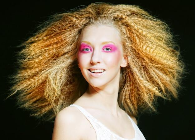 Szczęśliwy blond z różowym makijażem
